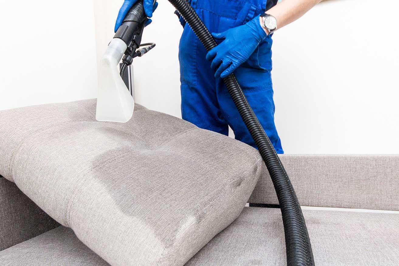 Procédé de nettoyage de sofa sectionnel avec taches